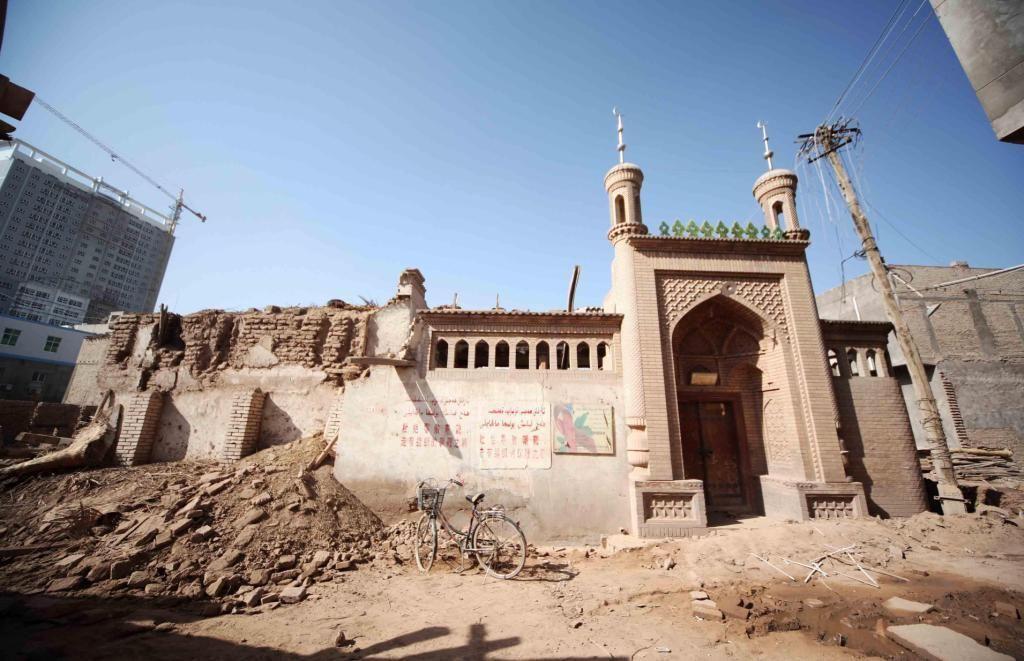 Поврежденная мечеть СУАР